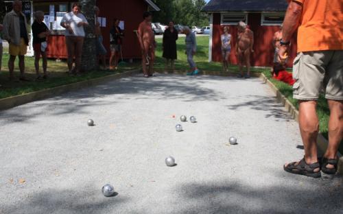 Fra petanque (boule)-turneringen. Totalt 10 norske og svenske 3-manns lag deltok