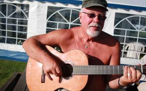 Gitarspill foran partyteltet